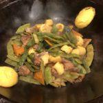 巨大鉄鍋を使った中国東北名物料理、東北乱炖(东北乱炖)