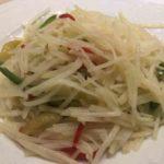 中国の定番家庭料理、青椒土豆絲(チンジャオトゥートウス)